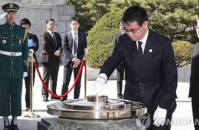 顕忠院(韓国ソウル)で焼香する河野太郎