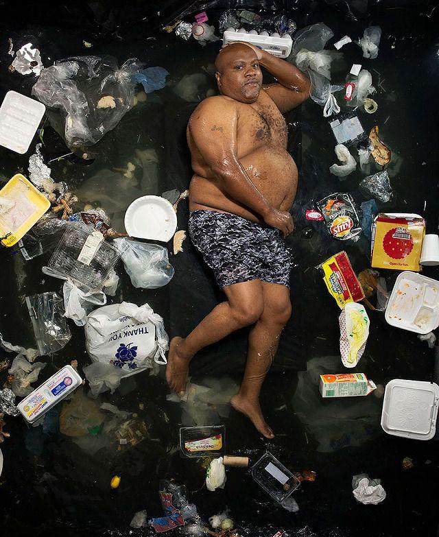 肥満体型の黒人男性が1週間で出したゴミの量・内訳