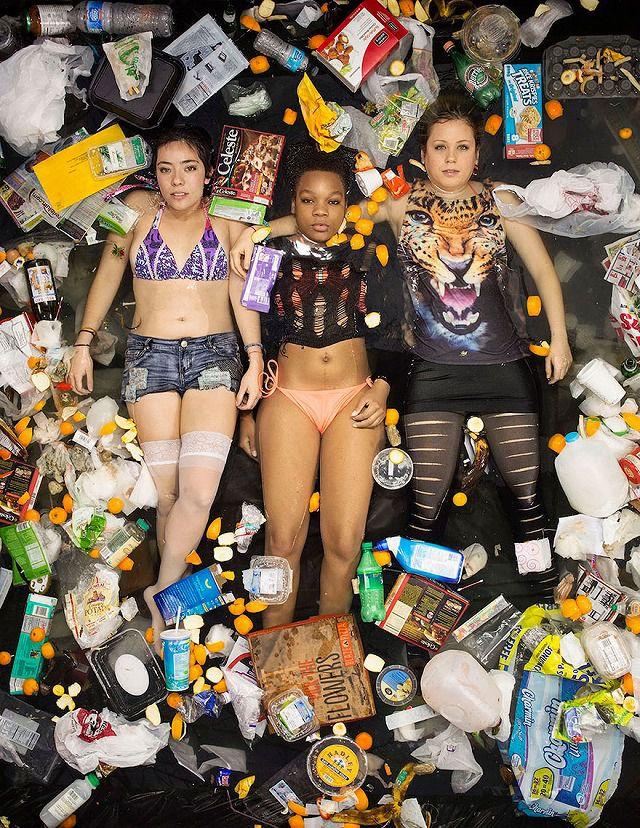 海外の若い女性3人組が1週間で出したゴミの量・内訳