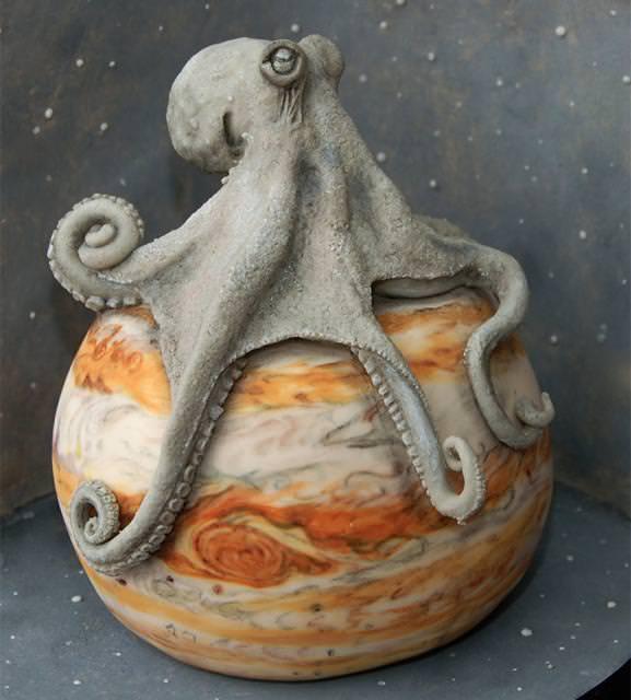 コンクールの優秀デザイン:木星を巨大タコが侵食しているケーキ