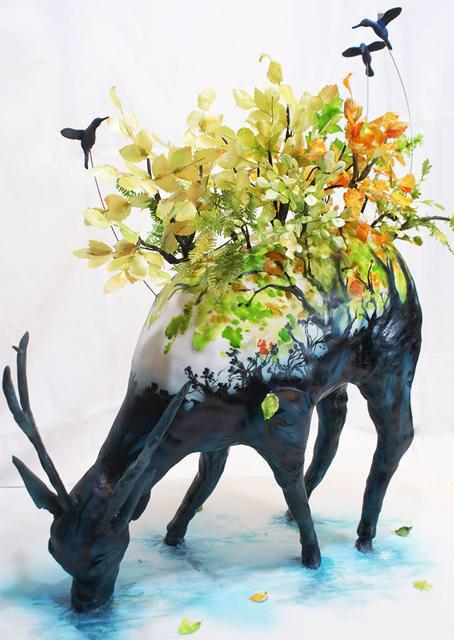 コンクールの優秀デザイン:鹿の背中に、カラフルな花と小鳥が飛び回っているケーキ