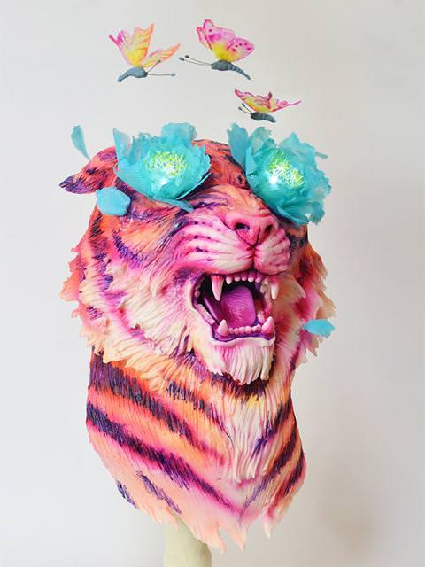 コンクールの優秀デザイン:目から蝶と花が飛び出しているカラフルな虎のケーキ