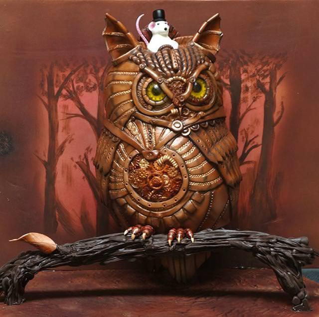 コンクールの優秀デザイン:お目々をギラギラさせて木に止まっている、フクロウのケーキ