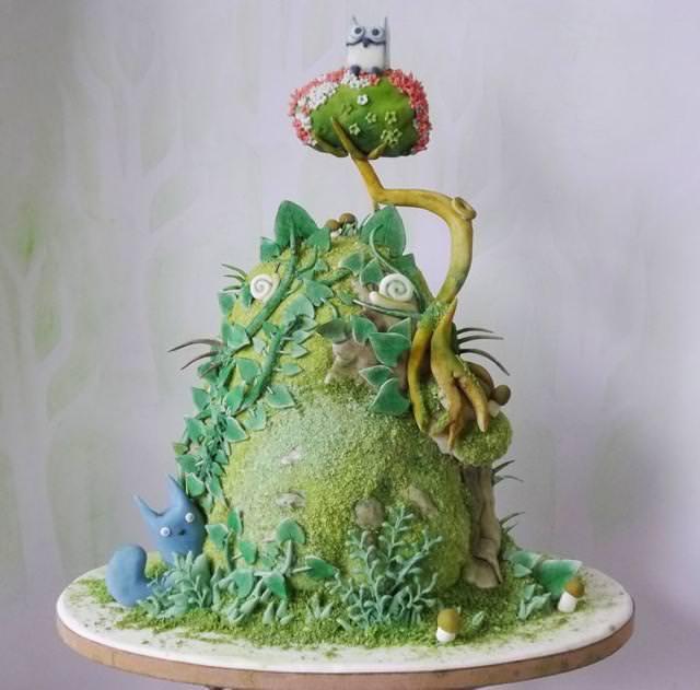 コンクールの優秀デザイン:森のなかに住んでいるトトロのケーキ