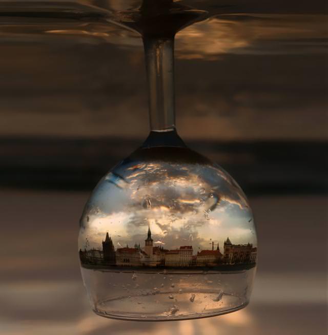 写真トリック:逆さまのワイングラスに映り込む、プラハの町並み