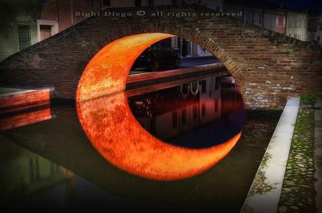 写真トリック:川に映しだされた橋が三日月模様