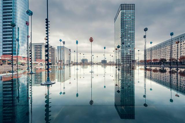 写真トリック:水面に映し出された未来都市