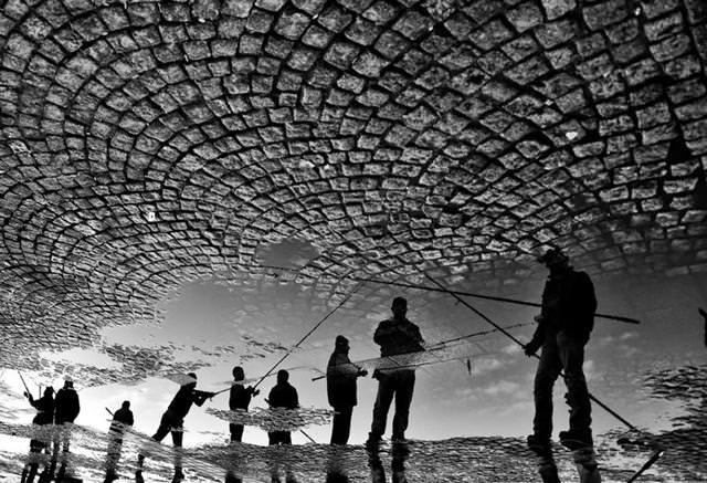 写真トリック:日常生活を映し出す水たまり