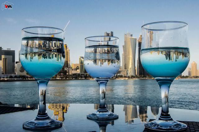写真トリック:グラスに映しだされた3つの反世界