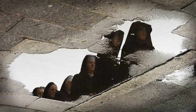 写真トリック:無言で歩く修道女たち