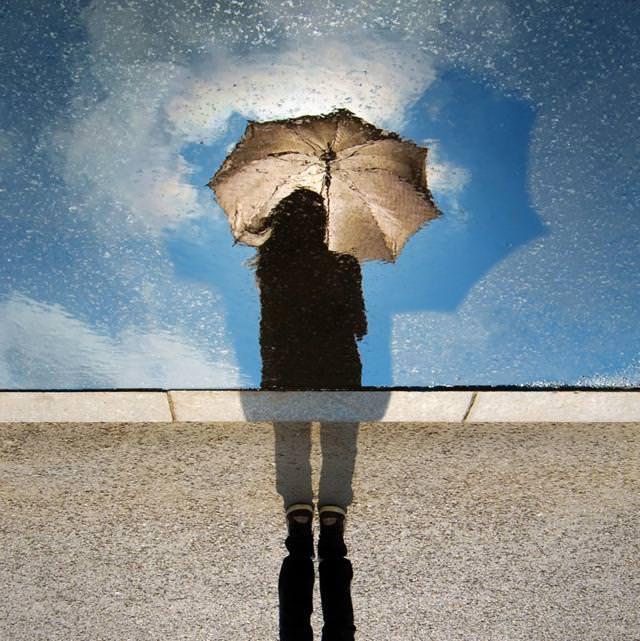 写真トリック:雨の中、カサをさして佇む人