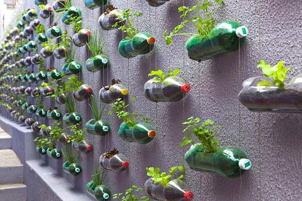 ペットボトル工作:垂直ガーデンでスペース節約!