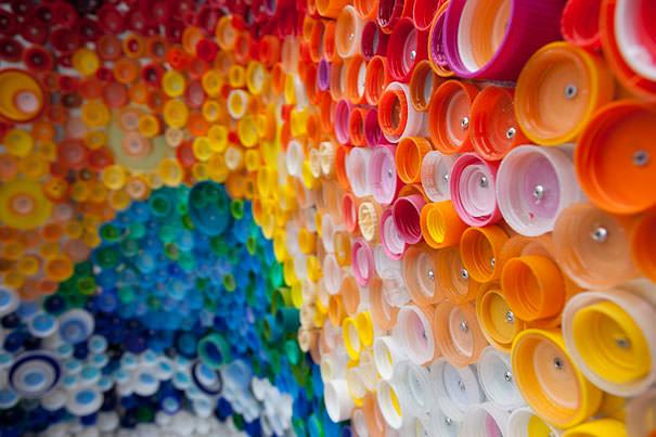ペットボトル工作:ペットボトルキャップで作られたモザイクアート