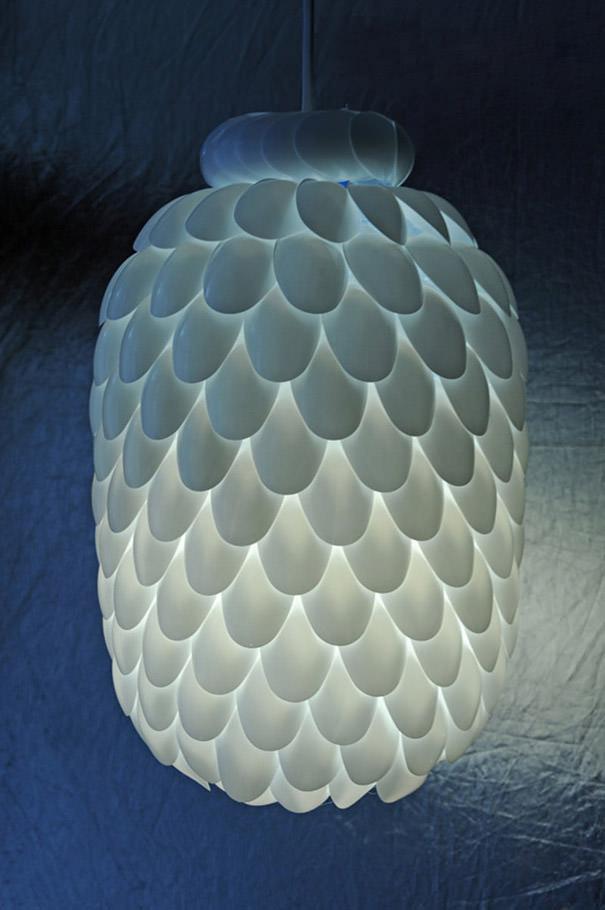 ペットボトル工作:プラスチックのスプーンとペットボトルから作られたランプ
