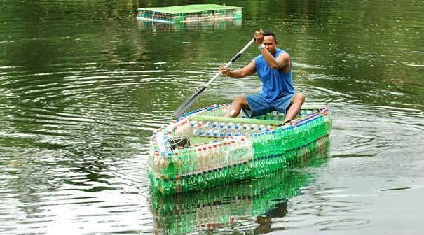 ペットボトル工作:ペットボトルで作られた、人が乗れるボート