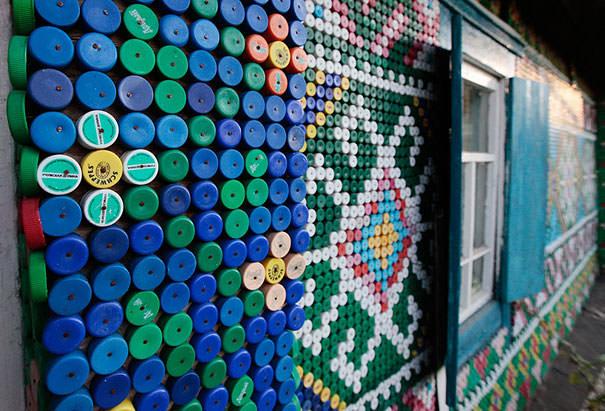 ペットボトル工作:さえない木造家屋のデコレーションは、ペットボトルキャップにお任せ