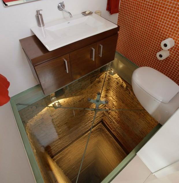 面白トイレ:床がガラス張り