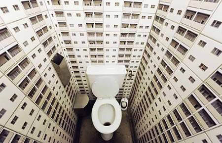 面白トイレ:高層ビルに囲まれているっぽい
