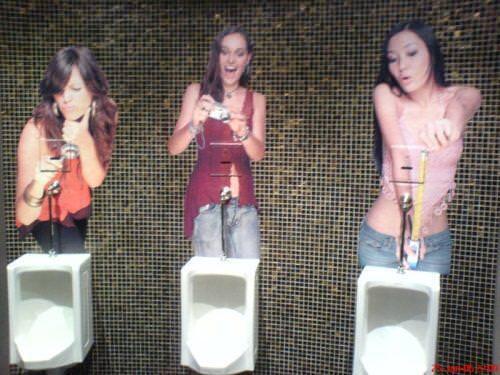 面白トイレ:美女から品定めされて男性のプライドがズタボロ