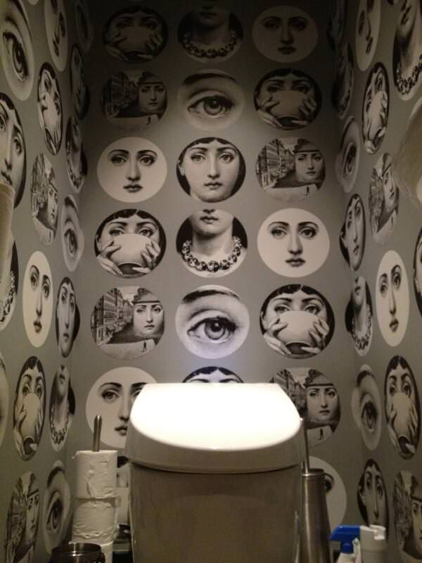 周囲からの視線を感じまくる面白トイレ