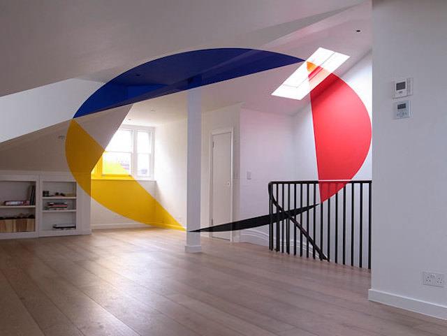 アナモフィックアート作品:部屋の中に浮かび上がるカラフルなマーク