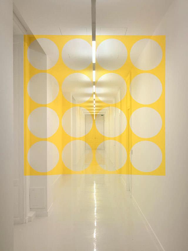 アナモフィックアート作品:モダンな通路に浮かび上がる正円の大群