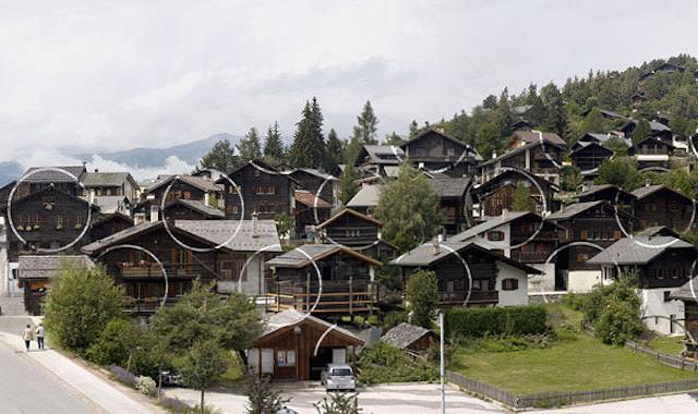 アナモフィックアート4:木造集合住宅の至る所に浮かび上がる白い○