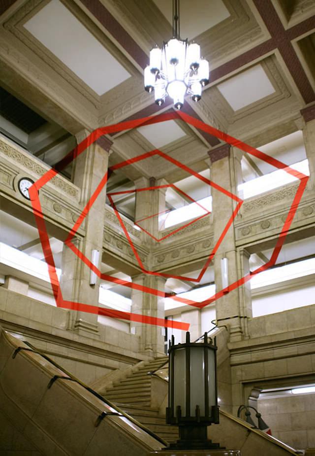 アナモフィックアート5:石の重々しさを感じる屋内に浮かび上がる渦巻き