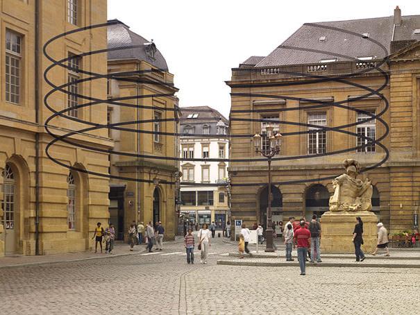 アナモフィックアート6:道路を挟んだ複数建物の間に浮かび上がる◯