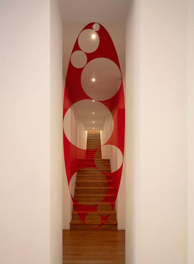 アナモフィックアート7:奥行きのある階段に浮かび上がるサイズ違いの正円