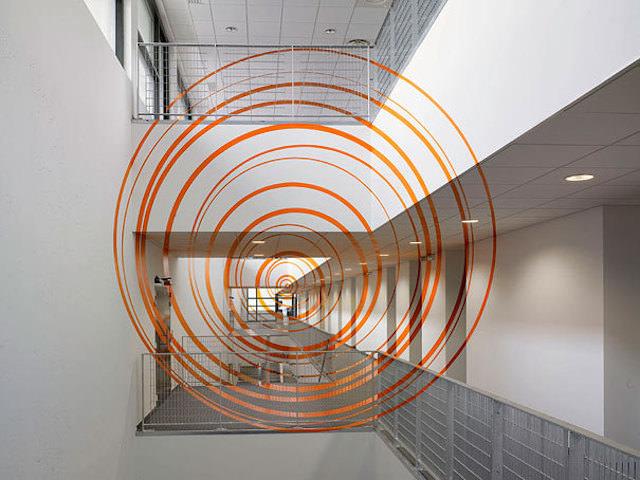 アナモフィックアート9:巨大施設の屋内に浮かび上がる同心円