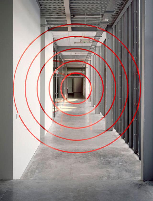 アナモフィックアート10:ガラス張りの屋内に浮かび上がる同心円