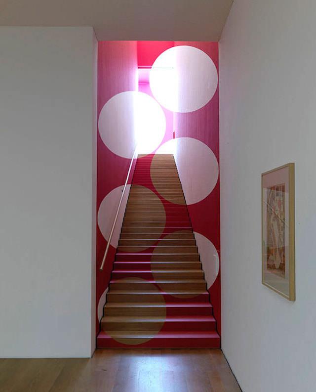 アナモフィックアート12:階段の前に立ちふさがる正円の群れ