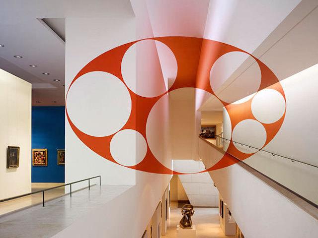 アナモフィックアート17:芸術館の吹き抜けに浮かび上がる正円の群れ