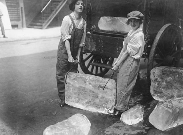 大きな氷を運ぶ女性(1918年)