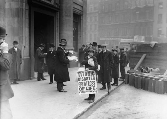 タイタニック号沈没のニュースが載った夕刊を配る少年(1912年4月16日)