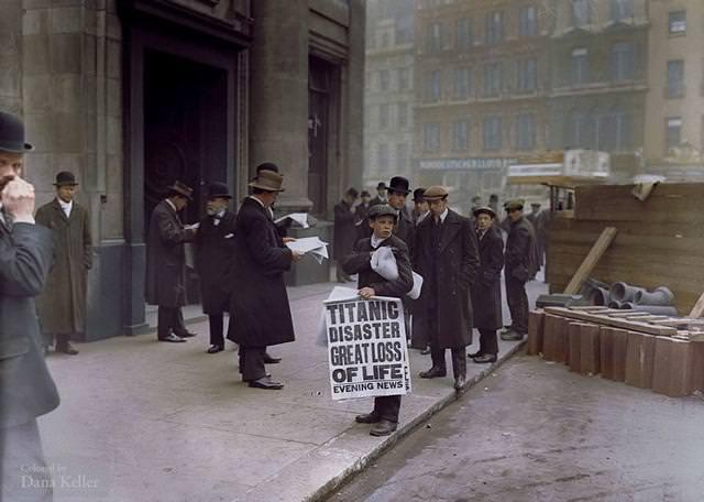 カラー化:タイタニック号沈没のニュースが載った夕刊を配る少年(1912年4月16日)