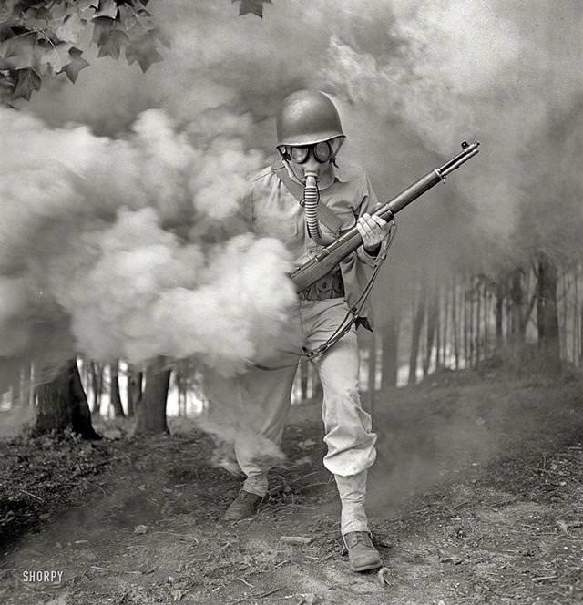 煙幕の中ガスマスクを装着する軍事演習中。米バージニアにて(1942年)