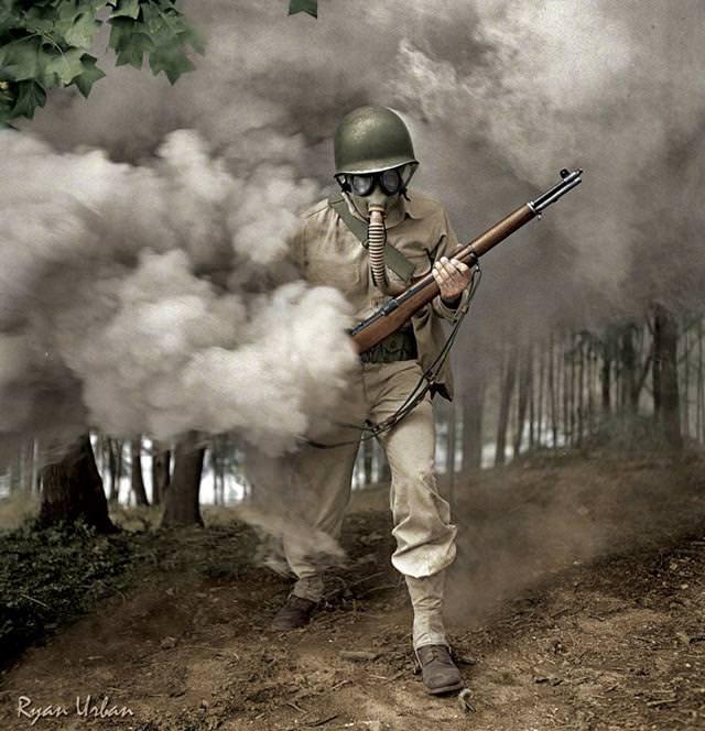 カラー化:煙幕の中ガスマスクを装着する軍事演習中。米バージニアにて(1942年)