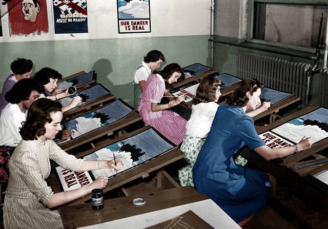 カラー化:第二次世界大戦のプロパガンダポスター作成。ニューヨークにて(1942年7月8日)
