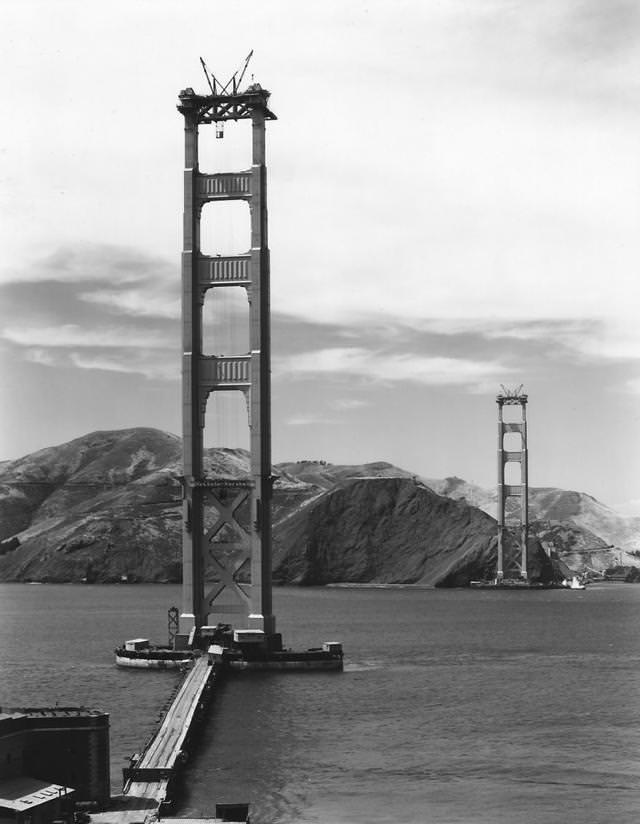 建設中のゴールデン・ゲート・ブリッジ(金門橋)(1935年)