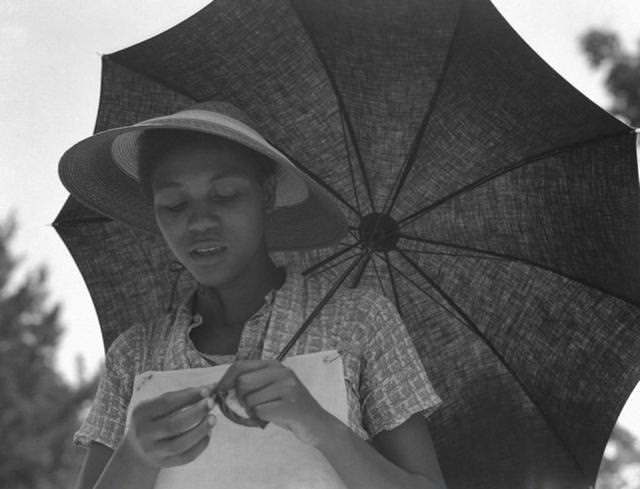 カサを持つ少女(米ルイジアナ州)(1937年)