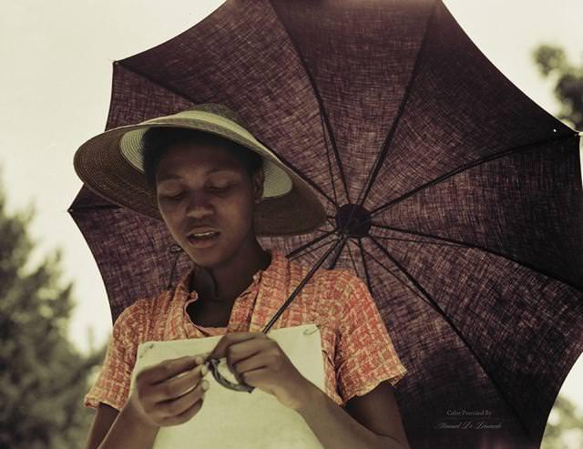 カラー化:カサを持つ少女(米ルイジアナ州)(1937年)