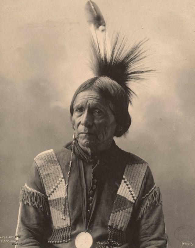 ネイティブ・インディアン(Meskwahki)の羽飾り(1898年)