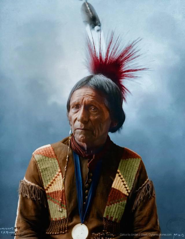 カラー化:ネイティブ・インディアン(Meskwahki)の羽飾り(1898年)