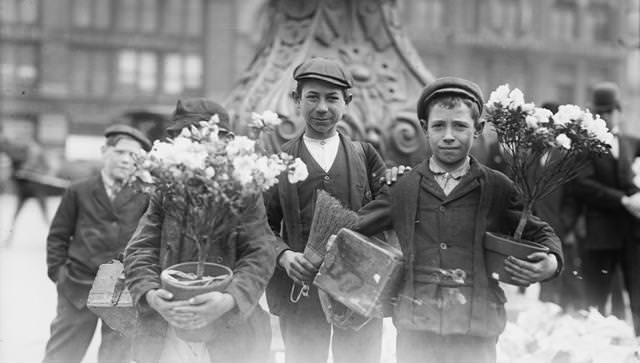 イースターのお祝いの花を買った少年たち(ニューヨークのユニオンスクエアにて)(1908年4月)