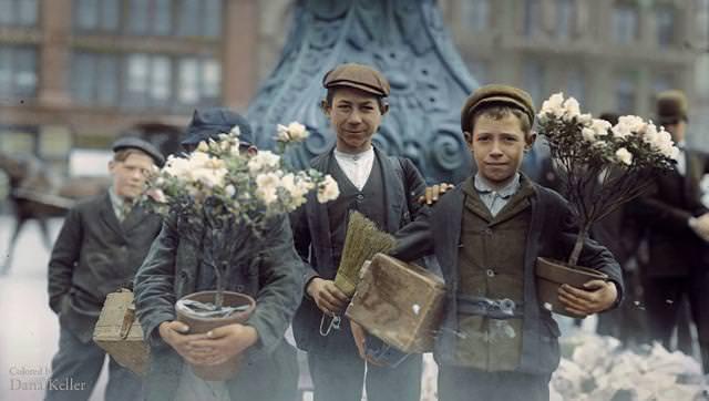 カラー化:イースターのお祝いの花を買った少年たち(ニューヨークのユニオンスクエアにて)(1908年4月)