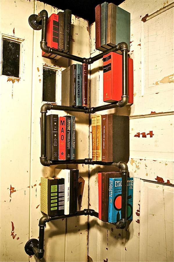 お洒落なデザインの本棚:工場のパイプを利用