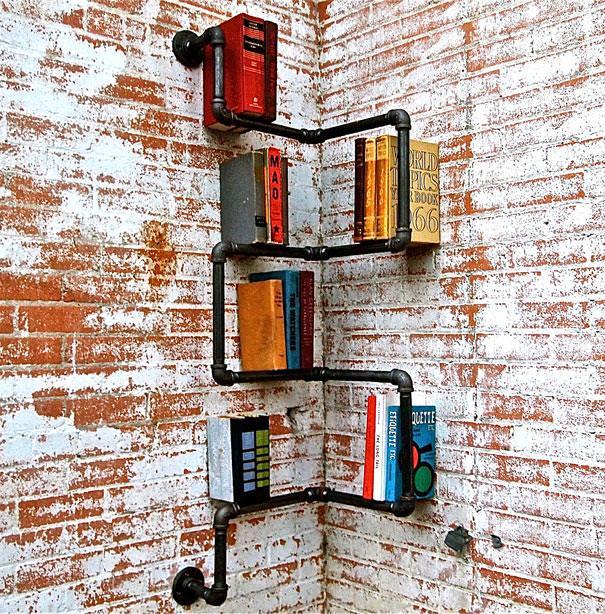 お洒落なデザインの本棚:工場の一角にあるパイプを利用した本棚