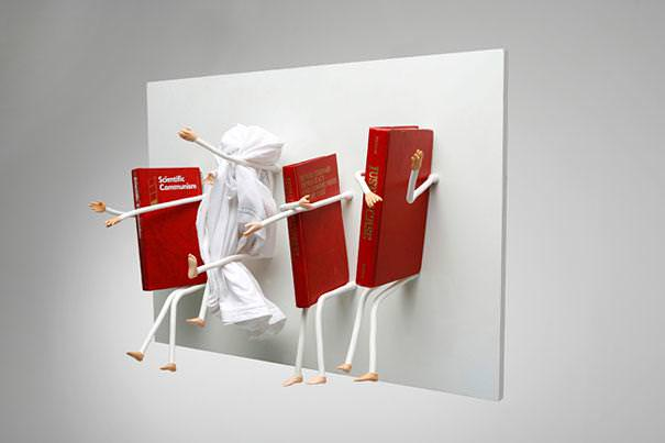 お洒落なデザインの本棚:動き回る手足